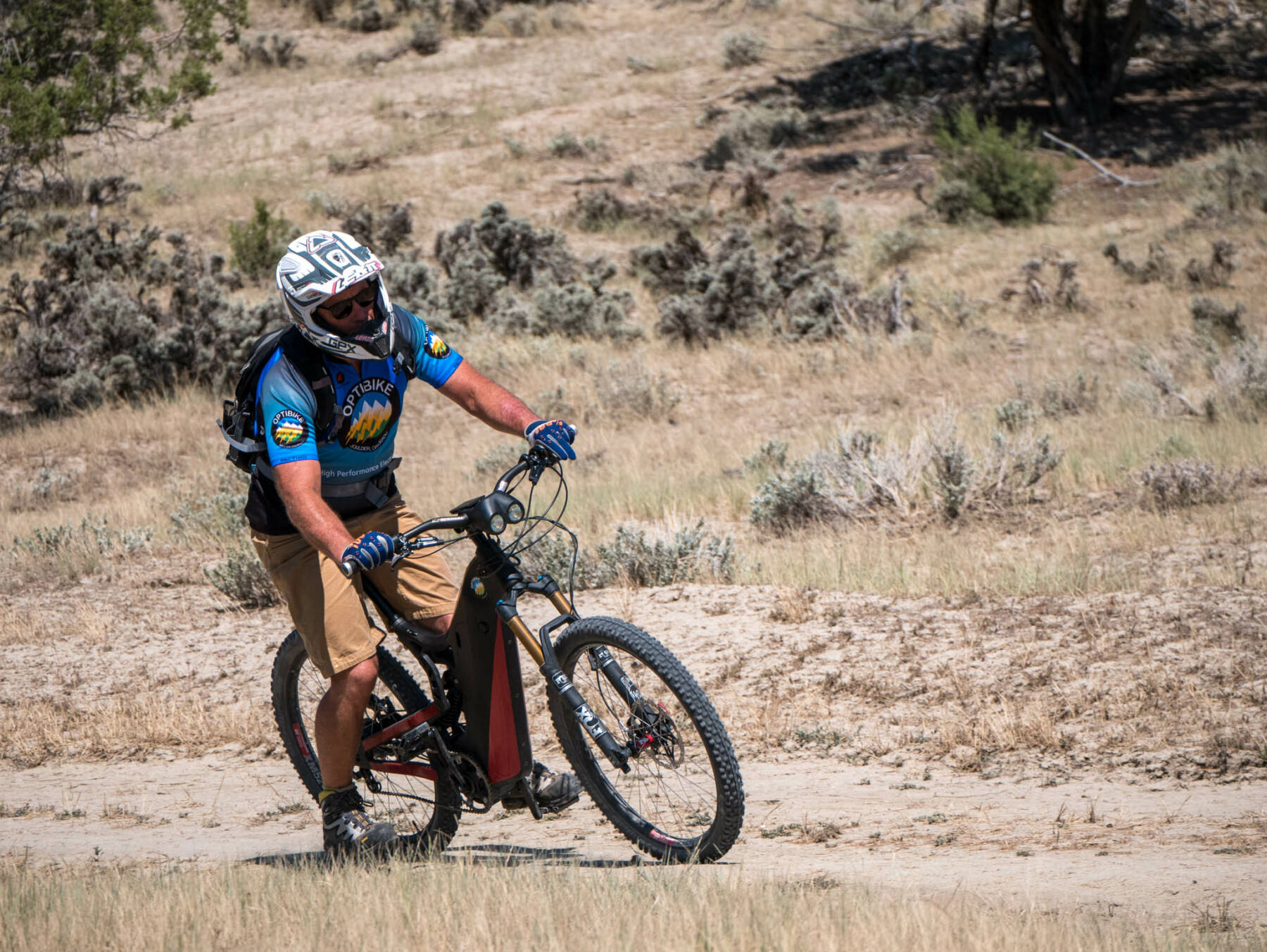 Wide tires provide tons of grip even on loose dirt